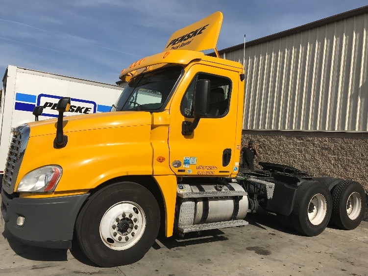 Day Cab Tractor-Heavy Duty Tractors-Freightliner-2011-Cascadia 12564ST-STOCKTON-CA-572,848 miles-$32,250