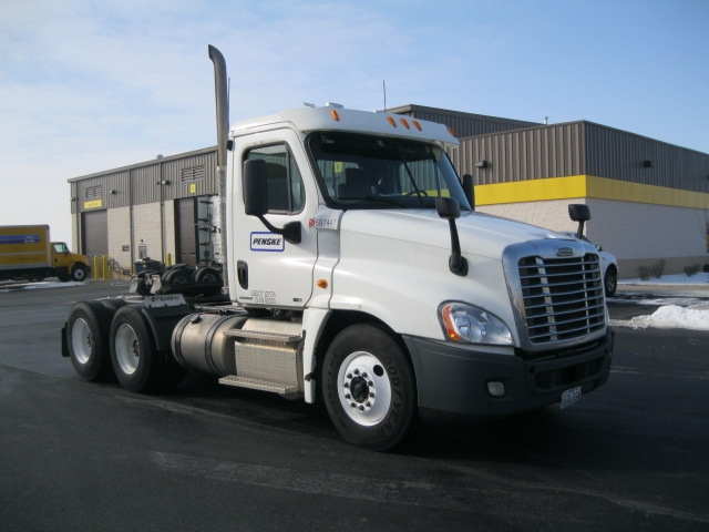 Day Cab Tractor-Heavy Duty Tractors-Freightliner-2011-Cascadia 12564ST-DAVENPORT-IA-339,655 miles-$41,750
