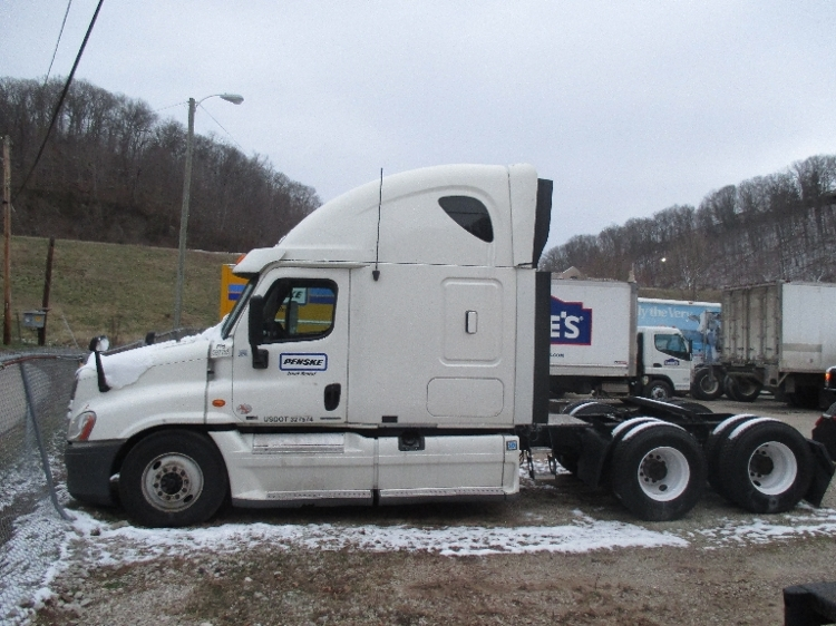 Sleeper Tractor-Heavy Duty Tractors-Freightliner-2011-Cascadia 12564ST-HUNTINGTON-WV-410,700 miles-$14,000