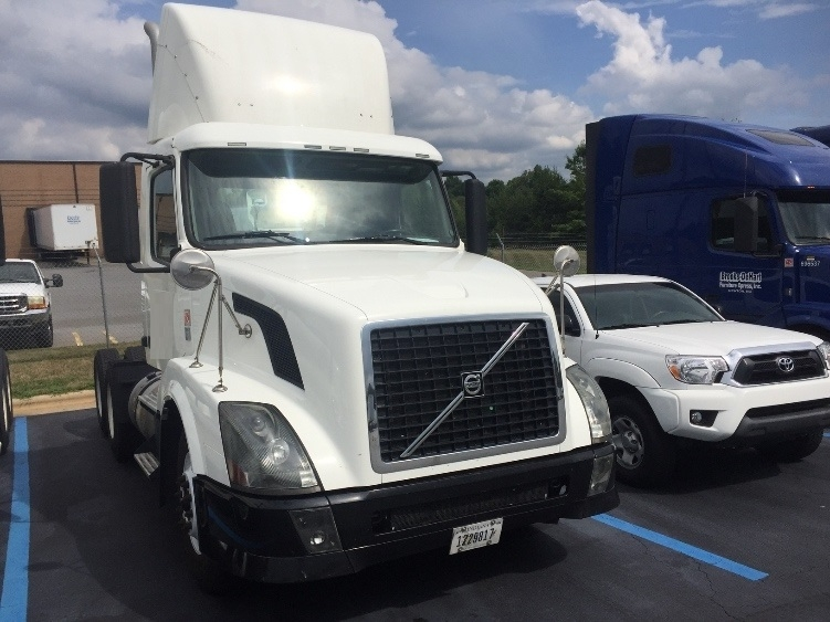 Day Cab Tractor-Heavy Duty Tractors-Volvo-2011-VNL64T300-CHARLOTTE-NC-356,480 miles-$34,000