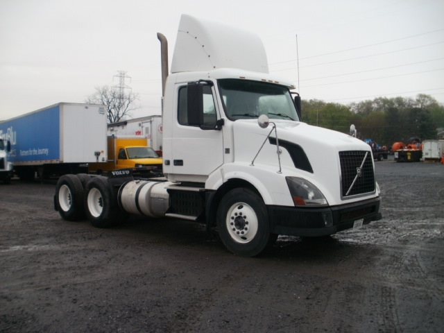 Day Cab Tractor-Heavy Duty Tractors-Volvo-2011-VNL64T300-CLEONA-PA-508,166 miles-$26,000