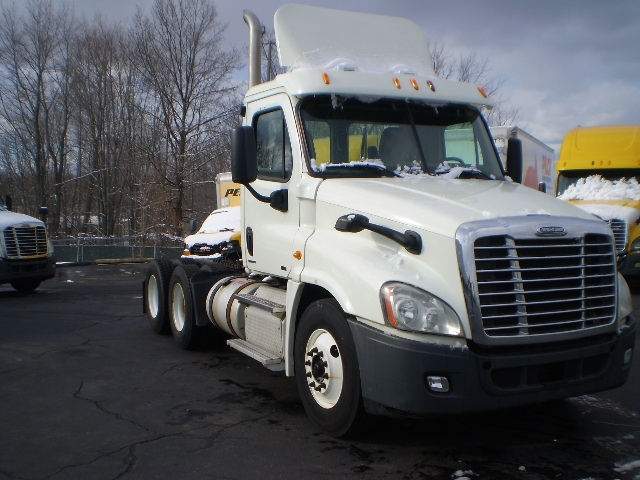 Day Cab Tractor-Heavy Duty Tractors-Freightliner-2011-Cascadia 12564ST-EAST WINDSOR-CT-551,174 miles-$27,250