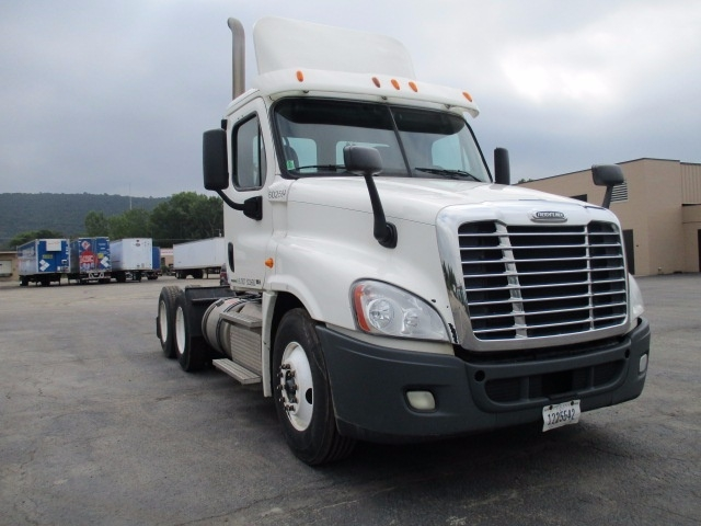 Day Cab Tractor-Heavy Duty Tractors-Freightliner-2011-Cascadia 12564ST-MILWAUKEE-WI-439,280 miles-$37,000