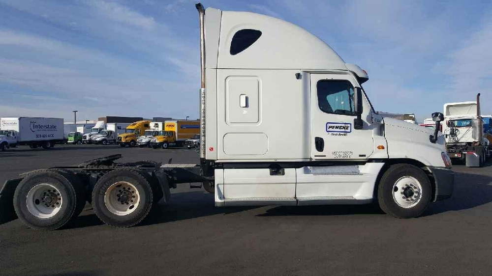 Sleeper Tractor-Heavy Duty Tractors-Freightliner-2011-Cascadia 12564ST-SIOUX FALLS-SD-676,918 miles-$30,000