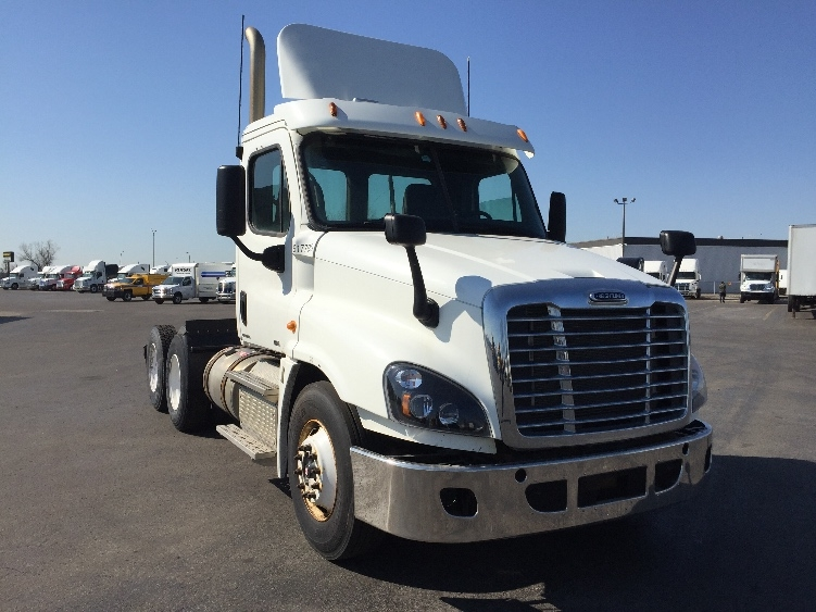 Day Cab Tractor-Heavy Duty Tractors-Freightliner-2012-Cascadia 12564ST-SAINT LAURENT-PQ-590,330 km-$48,250