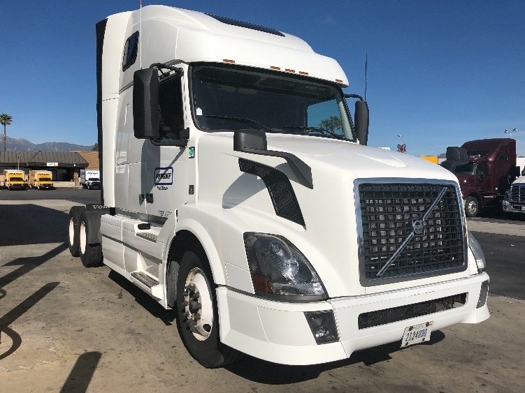 Sleeper Tractor-Heavy Duty Tractors-Volvo-2013-VNL64T670-DAVENPORT-IA-663,282 miles-$37,250