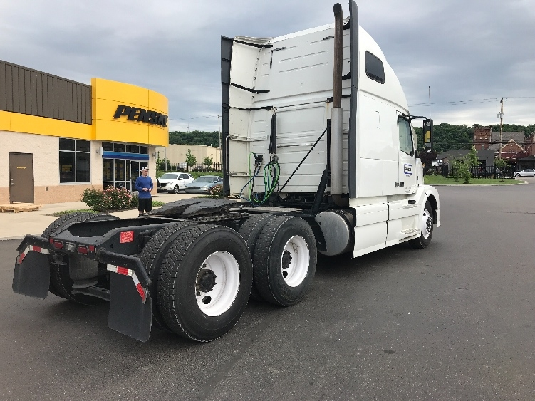 Sleeper Tractor-Heavy Duty Tractors-Volvo-2015-VNL64T670-BROOK PARK-OH-354,211 miles-$54,000