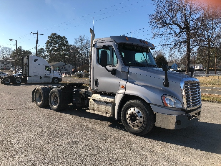 Day Cab Tractor-Heavy Duty Tractors-Freightliner-2012-Cascadia 12564ST-CHESAPEAKE-VA-338,994 miles-$32,750
